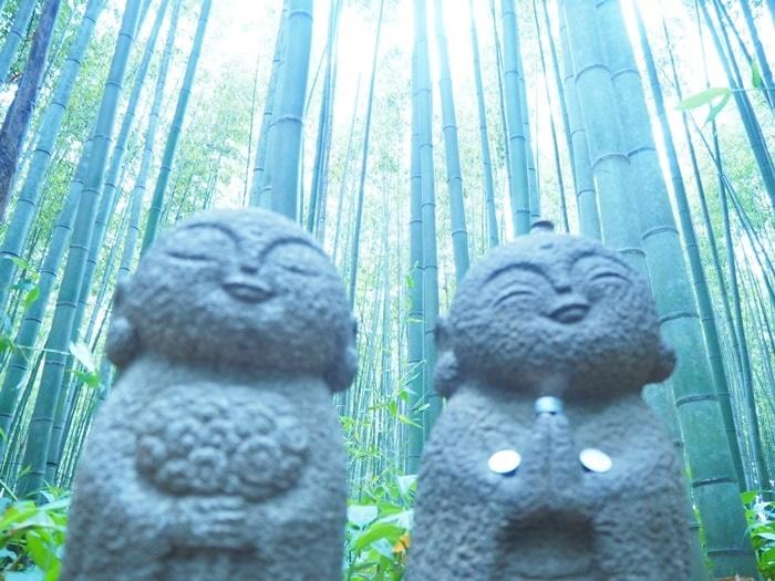 竹林の散策路にいるかわいいお地蔵さん