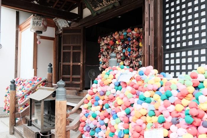 フォトジェニックな八坂庚申堂くくり猿の写真