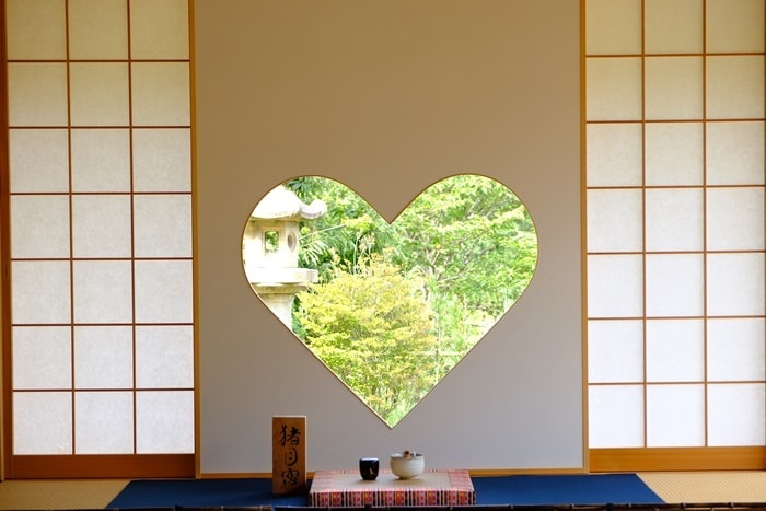 フォトジェニックな正寿院のハートの窓