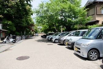 二尊院の駐車場