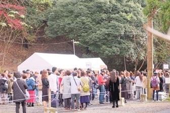 瑠璃光院 紅葉時の混雑 整理券に並ぶ人の列
