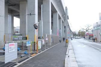 京阪淀駅高架下の道路