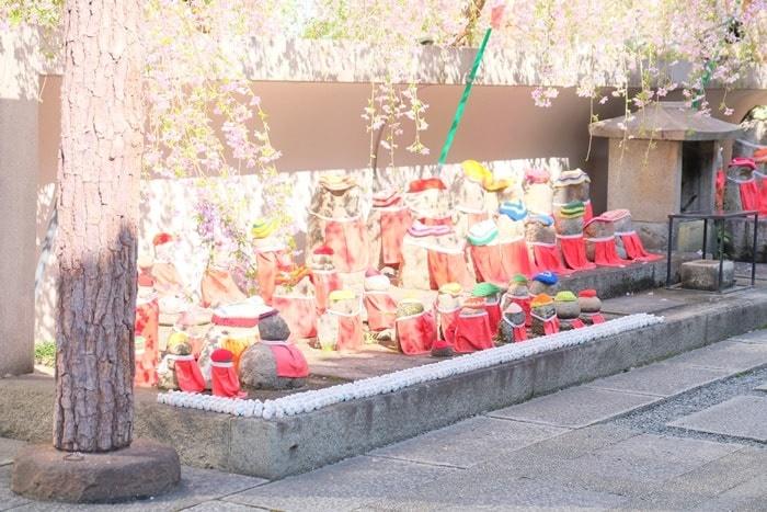 六角堂の桜の撮影スポット お地蔵さん