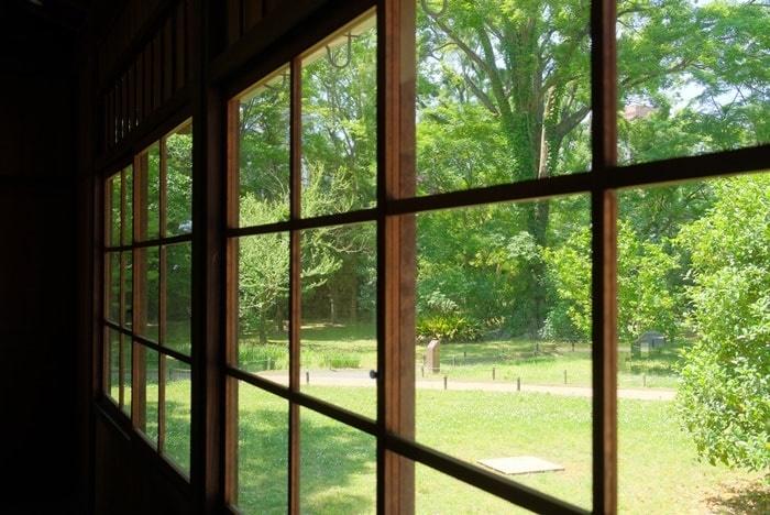 閑院宮亭跡写真撮影スポット3:窓ごしのグリーン