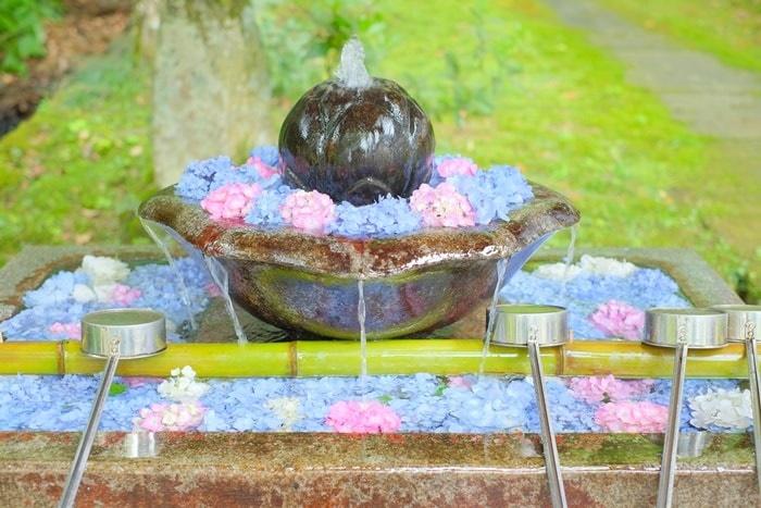 観音寺 インスタ映えする紫陽花の花手水 画像