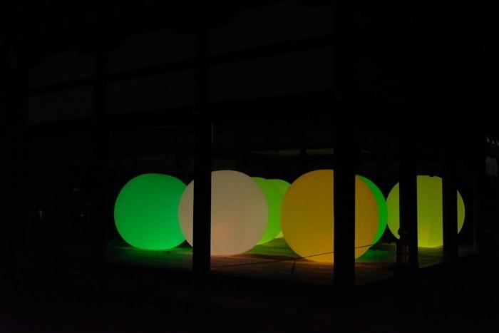 下鴨神社 光の祭 建物の中の光のたまご