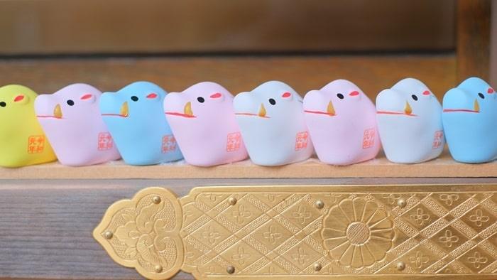 護王神社 カラフルなイノシシの置物