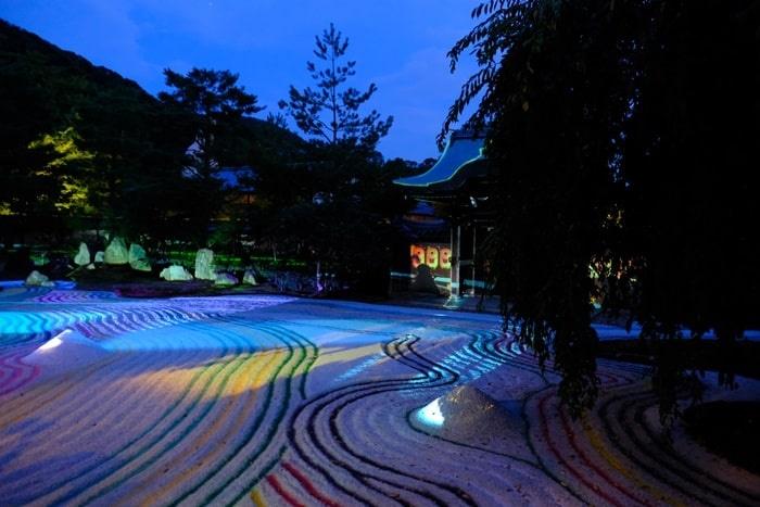 高台寺の夜景 カラフルな枯山水
